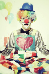 Lachender Clown wirft Konfetti