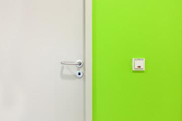 Holztür mit Sichtzeichen © Matthias Buehner