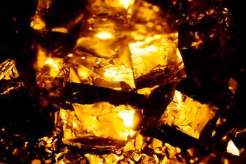 オレンジ色に輝くガラスの破片