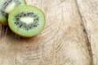 Kiwi auf Holzbrett