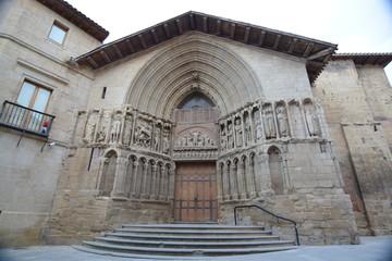 Escaleras y fachada iglesia romanica en Logroño