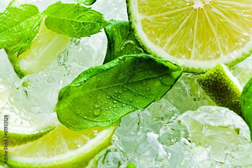 kawalki-limonki-i-liscie-miety-z-lodem