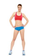 Frau in Fitnessoutfit rot blau