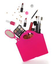 Sac rose avec divers produits cosmétiques isolé sur blanc