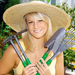 Gärtnerin mit Garten-Werkzeugen
