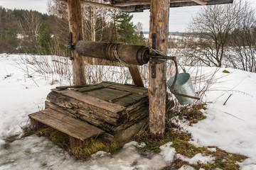 Старый деревянный колодец.