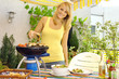 Frau mit Grill im Garten
