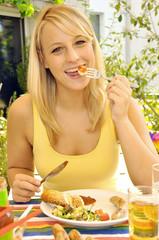 Frau beim Essen im Garten