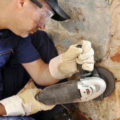 Handwerker arbeitet mit Trennschleifer