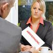 Frau in Büro erhält Abmahnung