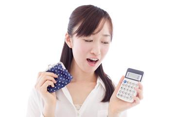 電卓と財布を持った女性