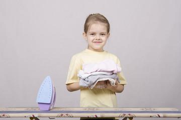 девочка гладит вещи утюгом