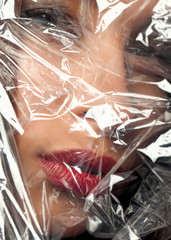 Frau mit Plastikfolie