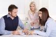 Business Team: junge Leute im Büro haben ein Meeting