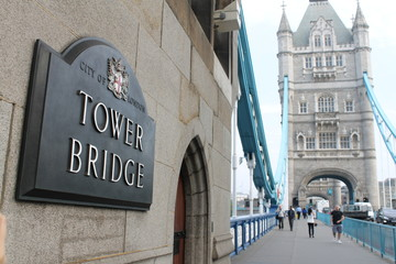 Tower Bridge mit Schild