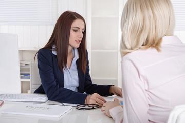 Business: Beratungsgespräch unter Frauen im Büro