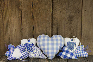 Hintergrund Bayern mit Holz und karierten Herzen in Blau