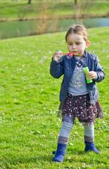 Petite fille fait des bulles