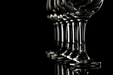 copas de vino y agua fondo negro