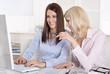 Zwei Frauen in der Mittagspause chatten im Internet