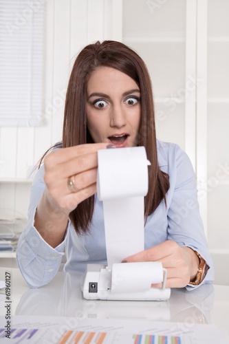 Schuldnerberatung: Frau ist schockiert über hohe Ausgaben