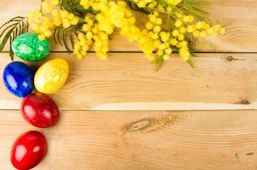 Uova colorate e mimosa