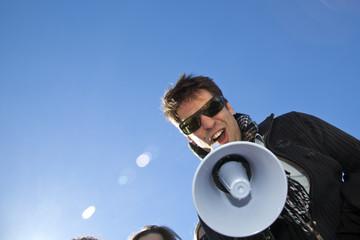 Joven gritando por el megáfono
