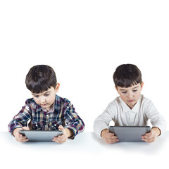 Niños jugando con tabletas digitales aislados sobre fondo blanco