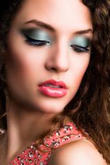 attraktive brünette Frau mit aufwändigem Make-Up