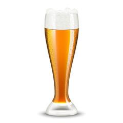 бокал пива с пузырями на белом фоне