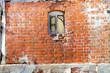 Altes Haus mit Ziegelwand und Fenster