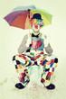 Lächelnder Clown mit Regenschirm