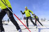 junge Skater im Schnee