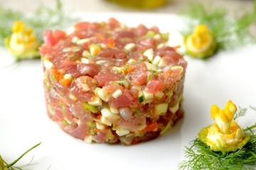 Tartare di tonno crudo con fiori di zucca, zucchine e scalogno