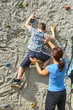 Mutter und Sohn beim Bouldern