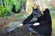 Frau bei Grabpflege auf Friedhof