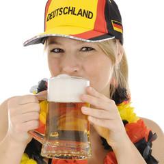 Fußball-Fan von Deutschland trinkt Bier
