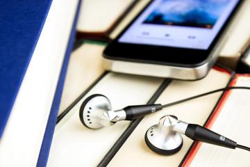 Kopfhörer Smartphone auf Büchern