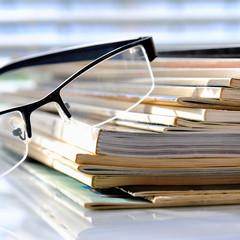 Zeitschriften mit Brille