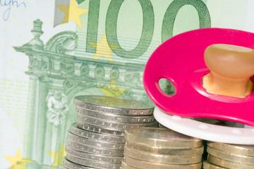 Nuckel mit Euromünzen und Geldschein
