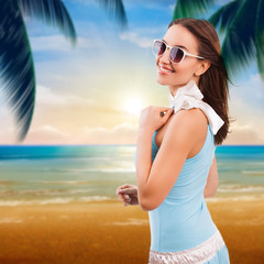 attraktive junge Frau vor Meeresstrand