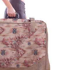 Frau mit Urlaubs- Koffer