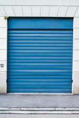 Porta garage blu, saracinesca