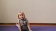 Постер, плакат: маленькая девочка играет дурачится делает упражнения