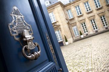 Porte d'entrée et heurtoir d'un hôtel particulier français