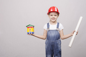 девочка держит в руках домик и чертеж