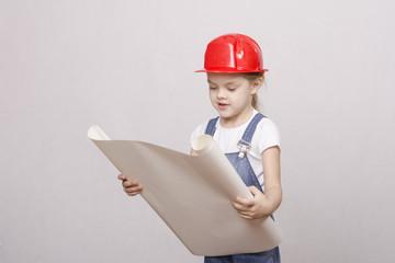 ребенок строитель смотрит чертеж