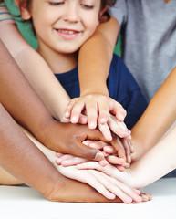 Kinder stapeln Hände als Konzept