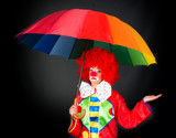Trauriger Clown mit Regenschirm