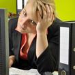 Frau im Büro erschöpft und überarbeitet